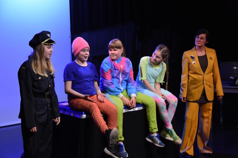 Poliisinainen ( Niia Sirviö), Niilo, Pipsa, Tytti sekä presidentti olivat tyytyväisiä vallankumouksen onnistumisesta.