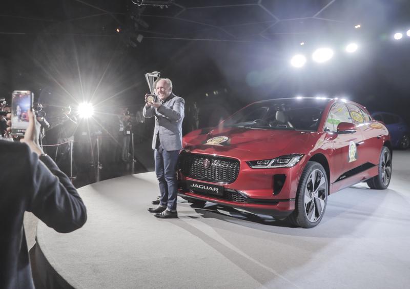 Palkinnon vastaanotti Genevessä Jaguar Land Roverin muotoilujohtaja Ian Callum.