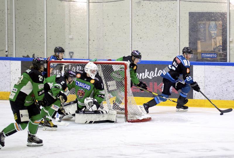 Nivala Cowboys joutui kauden aikana moneen otteeseen takaa-ajajaksi. Paikallisvastustaja Ylivieskan Jääkarhuja vastaan joukkue pelasi kuusi kertaa ja voitti keskinäisistä vain yhden.