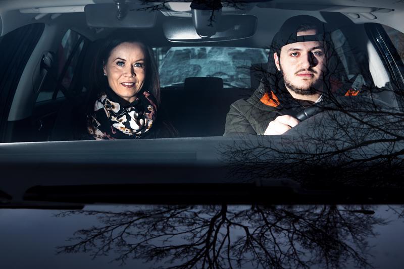 Ajokokeeseen valmistautuva kokkolalainen Habili Serhatovic pitää nykyisiä nuoriin kohdistuvia liikennesäännöksiä perusteltuina. Ajotunnilla mukana CAP-Autokoulu Kokkolan liikenneopettaja Riitta Kivioja.