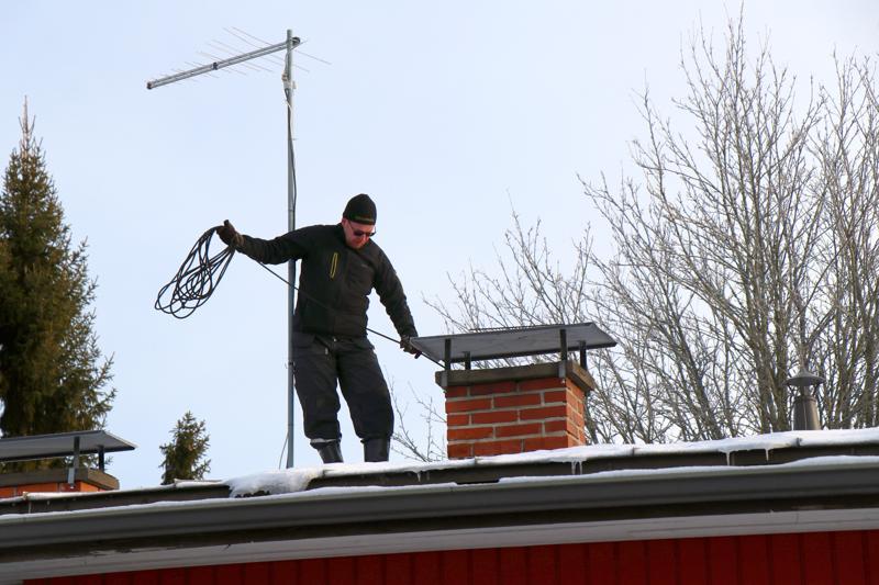 Perhonjokilaakson alueella nuohous vapautui heinäkuun alussa, jonka jälkeen kiinteistön omistajat ovat saaneet itse päättää, kenet he haluavat tilata putsaamaan omat tulisijansa. Tässä työnsä äärellä nuohooja Janne Penttilä.