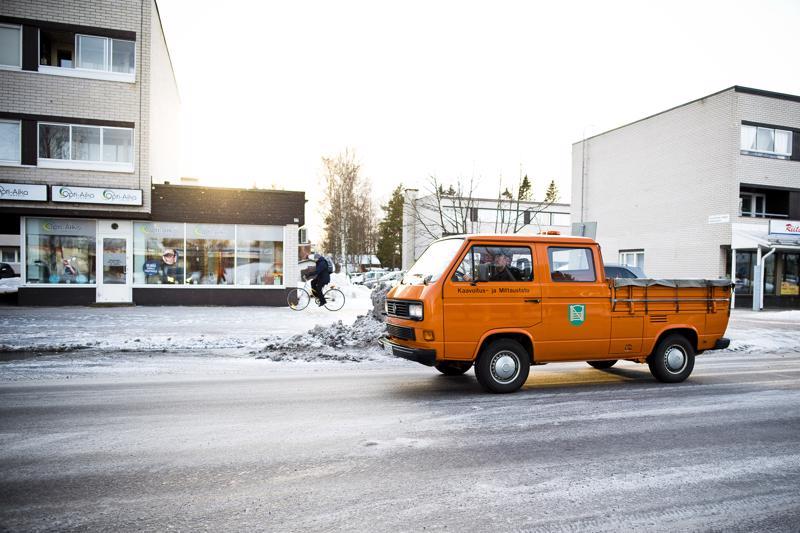 Tuttu näky Nivalan kylänraitilla viimeisen 29 vuoden ajalta: kaupungin Transporter matkalla työtehtäville.