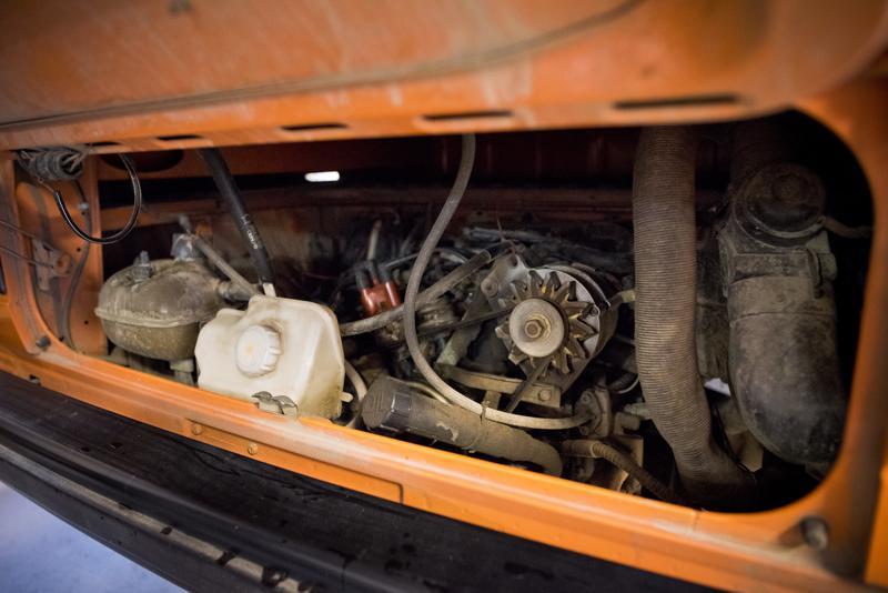 Konehuone löytyy auton perästä. Siellä hyrrää 1,9 litran bensiinimoottori.