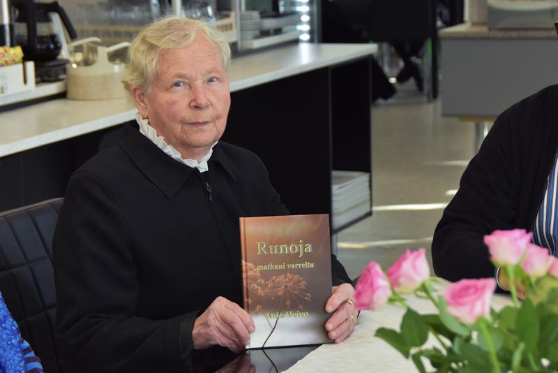 Anja järjesti runokirjansa julkistamistilaisuuden ravintola Ihmeen Hyvässä tiistaina. Paikalle hän oli kutsunut lähimmät ystävänsä.
