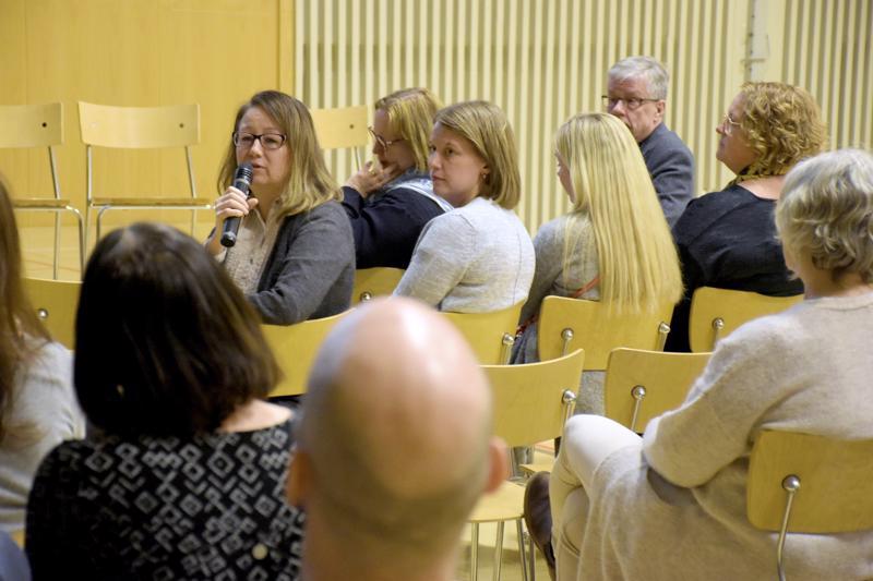 Kielikylpykoulun opettaja Päivi Tuulensuu luotti opettajien intoon rakentaa uudesta koulusta paras mahdollinen. Viitisenkymmentä vanhempaa oli kokoontunut keskustelutilaisuuteen.