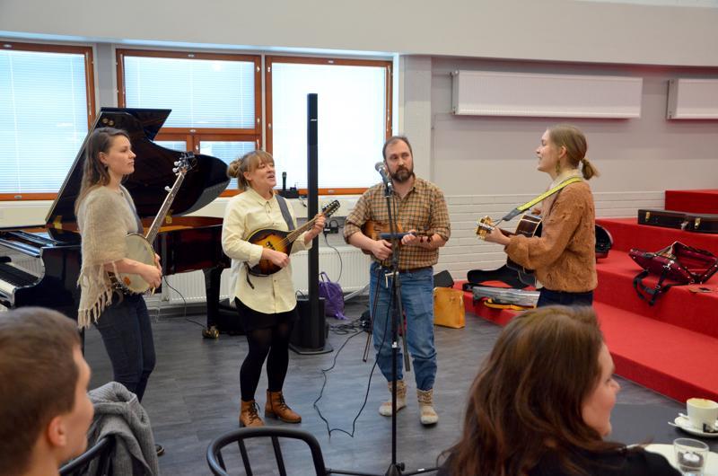 Marianna Aukee, Sirpa Luoma, Osmo Hakasalo ja Eivor Hagmark soittamassa Open Stage -lavalla.