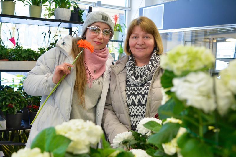 Kansainvälinen naistenpäivä on Venäjällä suurempi juhla kuin äitienpäivä, kertovat Karjalasta Kokkolaan muuttaneet Tatjana Mughal (vas.) ja Raisa Kudzhieva.
