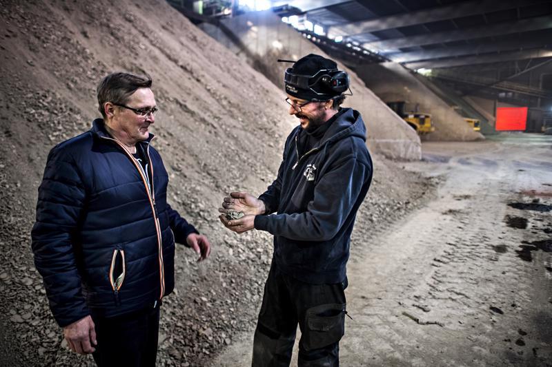 Tiilen valmistukseen tarvittava savi tulee Raudaskylän pelloilta. Laadunvalvoja Kari Niskanen (vas.) ja tuotantopäällikkö Rami Savolainen tarkastavat laatua.