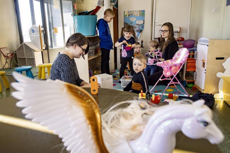 Anna Karsikas-Kuusisto ja Mirja Kaattari lapsineen Himangan perhekahvilan tiloissa. Aiemmin muun muassa pankkina toiminutta vanhaa virastotaloa odottaa purkaminen.
