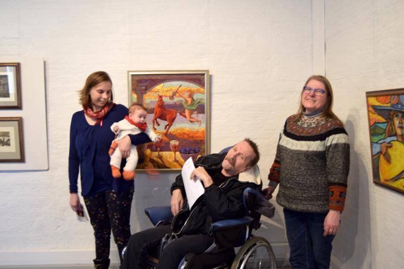 Olavi Tiala ja vasemmalla puolellaan Jeanette Edfelt, sylissään Idur ja oikealla Siv Ågren. Näyttelyn työt on valittu perheen naisten tuella.