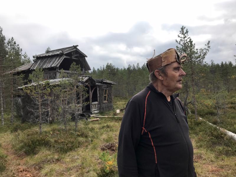 Erkki rakensi ensin taka-alalla näkyvän saunan, sitten kokonaisen pikkukylän suolle kaiken kansan kyläiltäväksi.