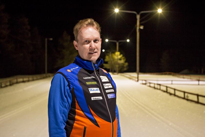 Hiihto on Esko Valikaiselle sydäntä lähellä. Hän valmentaa seitsemää Kalajoen Junkkareiden nuorta hiihtäjää ja viihtyy itsekin suksien päällä.