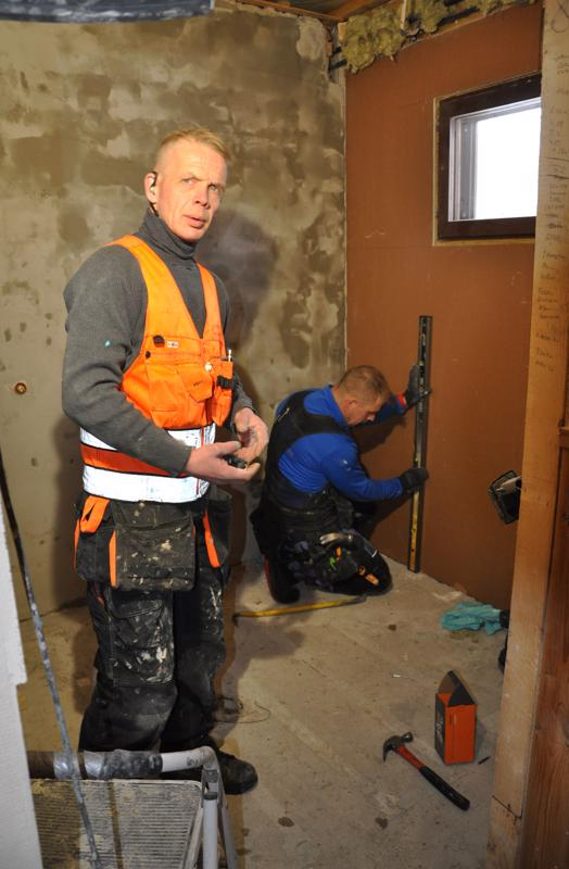 Tero Kokkoniemi ja Juha Kumpulainen remontoivat parasta aikaa kylpyhuonetta Reisjärvellä. -OIemme ensimmäistä kertaa samalla työmaalla, mutta olen nähnyt Juhan työn jälkeä ennenkin. Meillä menee ajatukset hyvin yksiin ja yhdessä on paljon mukavampaa työskennellä.