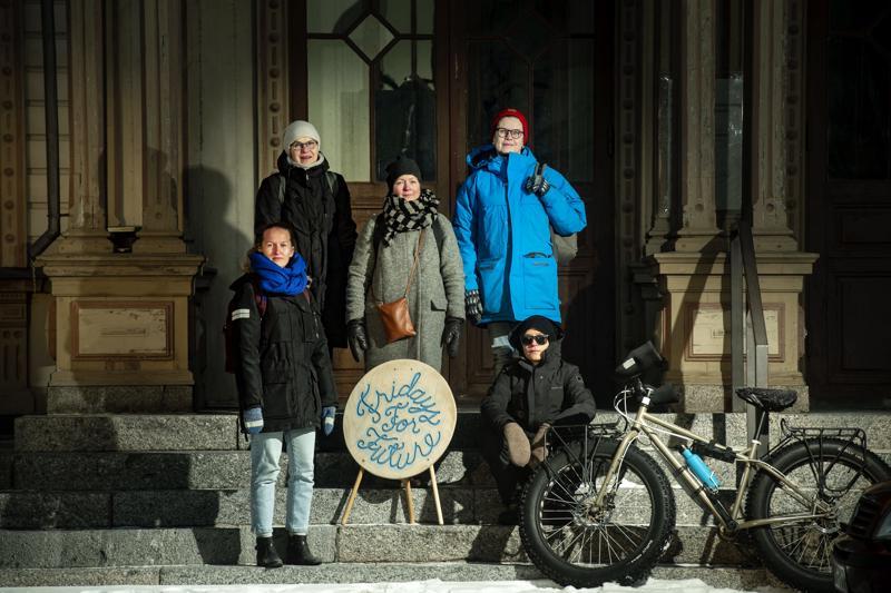Jennifer Granqvist, Anna-Maija Lyyra, Christin Furu, Lisen Sundqvist ja Elina Videman seisovat joka perjantai Pietarsaaren raatihuoneen rappusilla.