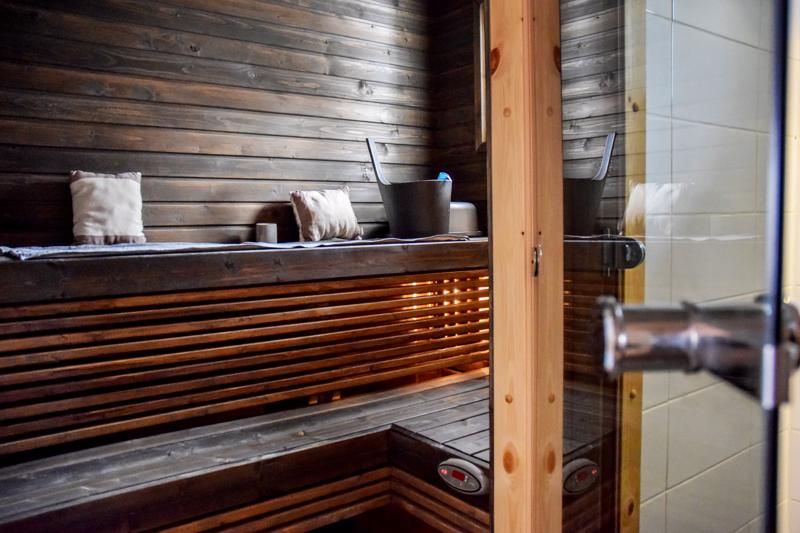 Sauna saatiin sopimaan entiseen invavessaan. Suihku on naisten wc:ssä.