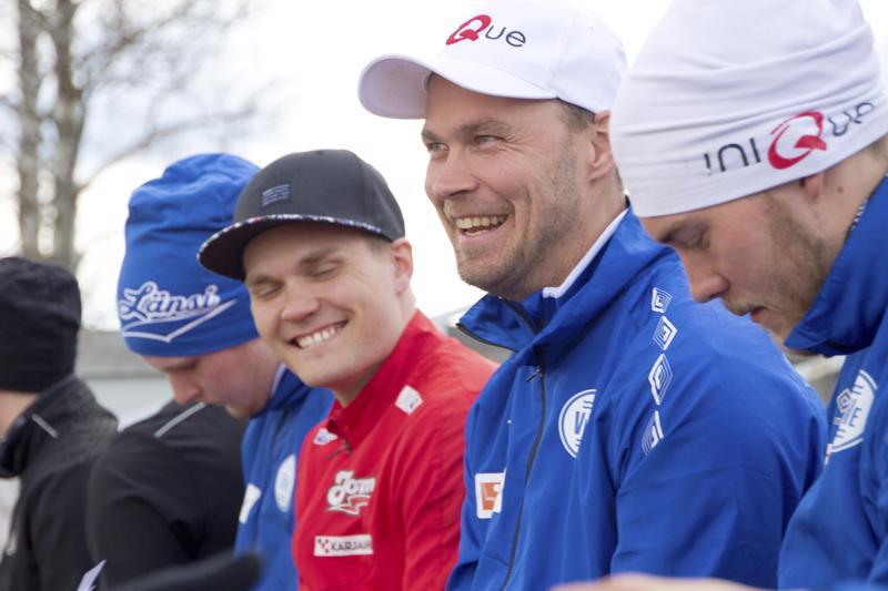 15 kertaa Itä-Länsi -arvo-otteluun valittu Sami Haapakoski (keskellä) tuo Suvannolle jälleen joukon pesäpallohuippuja. Mukana on muun muassa Mikko Kanala (oikealla). Viime vuonna joukkueessa pelasi myös Tuomas Jussila (vasemmalla).