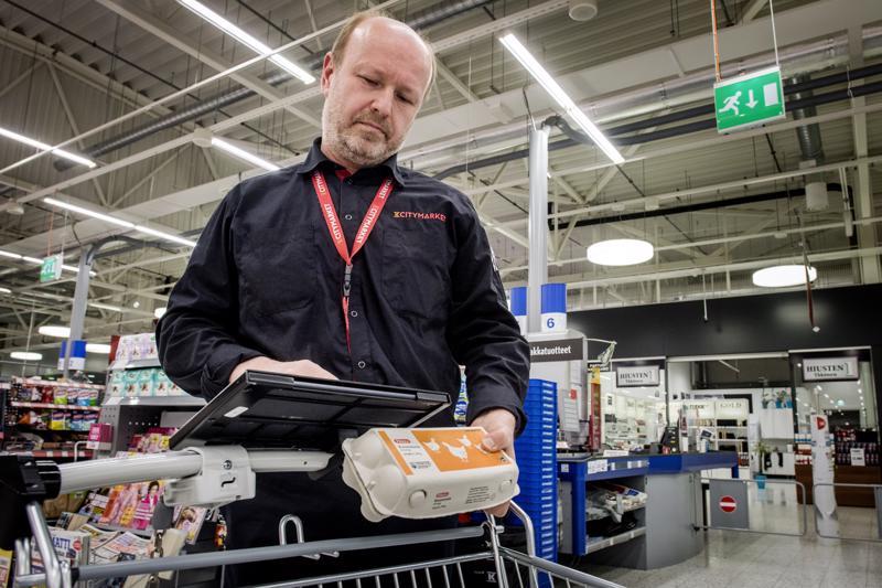 Älykärryt eivät ole vain nuorten juttu, sillä kauppias Antti Ahonen on nähnyt kärryjen olevan myös varttuneemman väen käytössä. Esimerkiksi viivakoodien lukeminen onnistuu pienen harjoittelun jälkeen kaikilta.