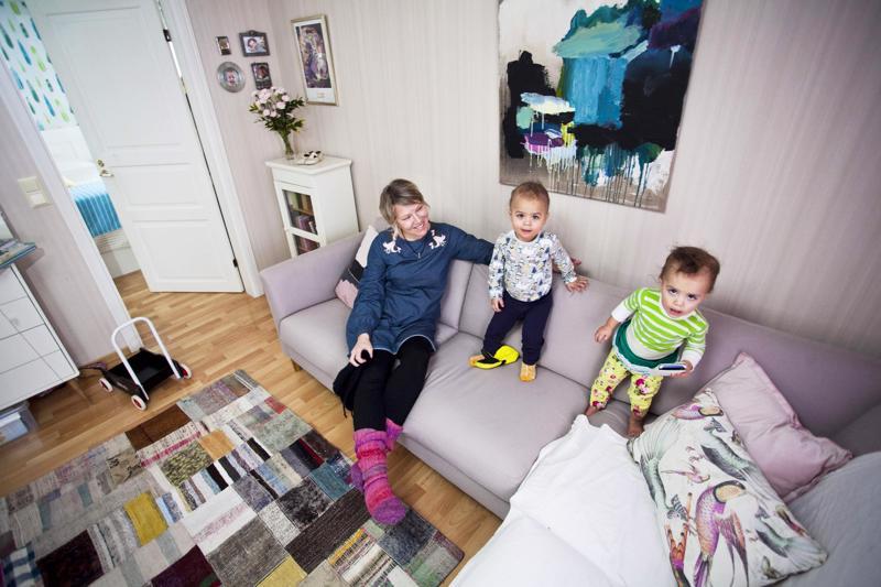 Riina Hirvelä on tajunnut, että kaksoset olivat puuttuneet perheen elämästä. Manu ja Mimmi tuovat toivottua elämää taloon.