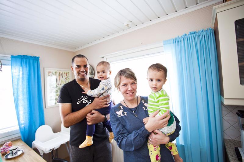 Pedro Ferreira ja Riina Ferreira ovat viihtyneet Kalajoella lastensa kanssa. Perheen kuopukset ovat kaksoset Manu ja Mimmi.