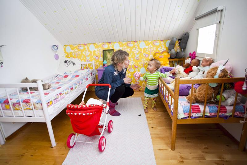 Riinasta on ihanaa, kun talossa on elämää. Yläkerta on lasten valtakuntaa. Mimmi esittelee lelukokoelmaa.