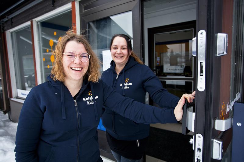 Kalajoen Kuitu Oy:n toimiston avajaisia vietetään torstaina Kuvalan Kulmassa. Myyntipäällikkö Mari Palin ja projektipäällikkö Katja Niemi kertovat, että asiakkaat ovat ehtineet löytää toimitilat jo ennen avajaisia.