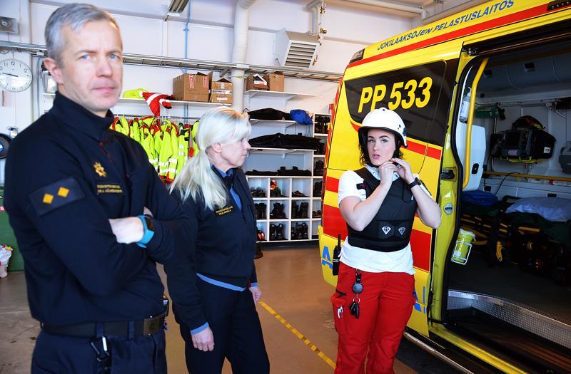 Ensihoitomestari Mika Hämeenkorpi ja ensihoitopäällikkö Mirja Annala sanovat, että ensihoitajien työturvallisuuteen liittyvät varusteet ovat kohtuullisen iso menoerä pelastuslaitoksen hankinnoissa. Esimerkiksi turvalliivien, joka kuvassa Marin yllä, uusiminen 200 ensihoitajalle tarkoitti kymmenien tuhansien eurojen rahanmenoa. Turvavarusteisiin kuuluvat myös kypärä ja jalkineet sekä muita pienempiä turvavarusteita.