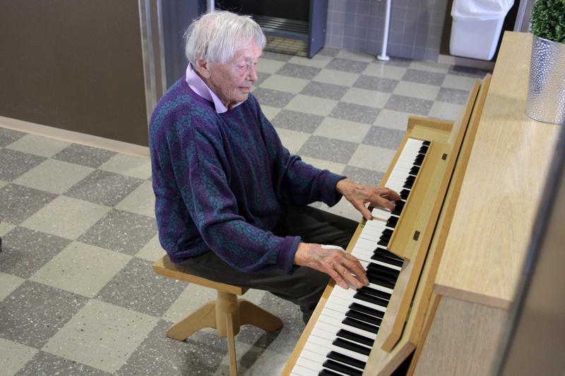 99-vuotias Lilly Itkonen kävelee kolme tunnin mittaista lenkkiä päivittäin. Lounaslenkillä hän suuntaa miltei päivittäin Keski-Pohjanmaan ammattiopiston ruokalaan, jossa hän istahtaa aina ruokailun päätteeksi soittamaan pianoa.