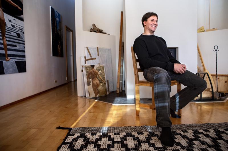 Hannu Leimu on ammattitaiteilija, mutta sujuu mieheltä fyysinenkin työ. Taustalla olevan takan pienoismalli on hänen käsialaansa, mutta ammattilaisen muuraama. Talon puolestaan on suunnitellut ammattilainen, mutta Leimu omin käsin suurelta osin rakentanut.
