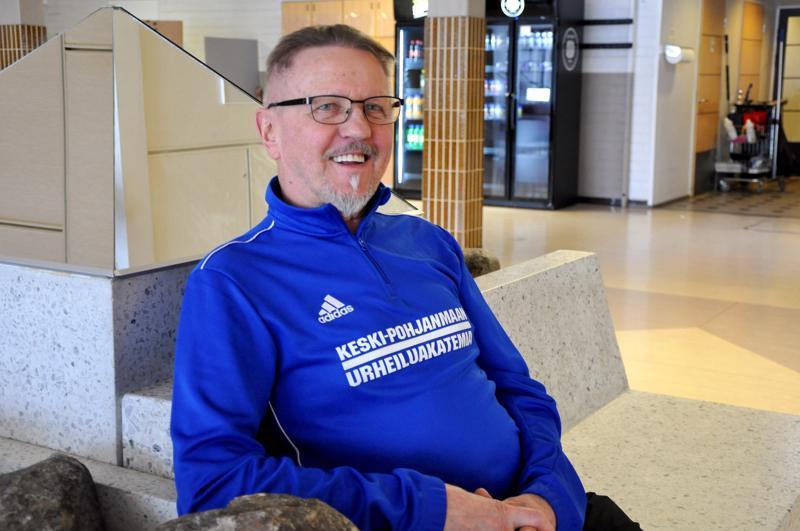 """Timo Kultalahti on tottunut olemaan liikkeellä. 15-vuotiaana hän tarttui isän neuvosta """"pikkaan"""" ja lähti pöllipropseja purkamaan. Työelämä jäi 65-vuotiaana, mutta valmennusharrastukselle ei loppua näy."""