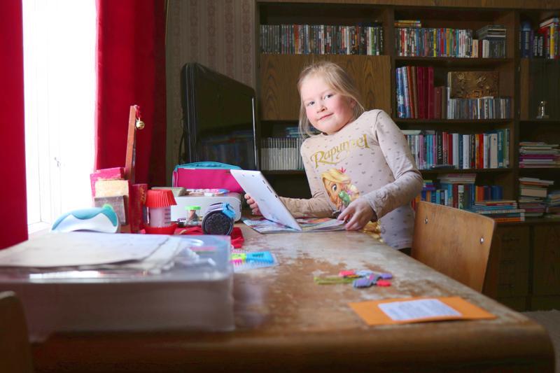 Nimipäiväsankari Matilda Puronaho tykkää piirtää ja askarrella niin kotona kuin seurakunnan päiväkerhossa.