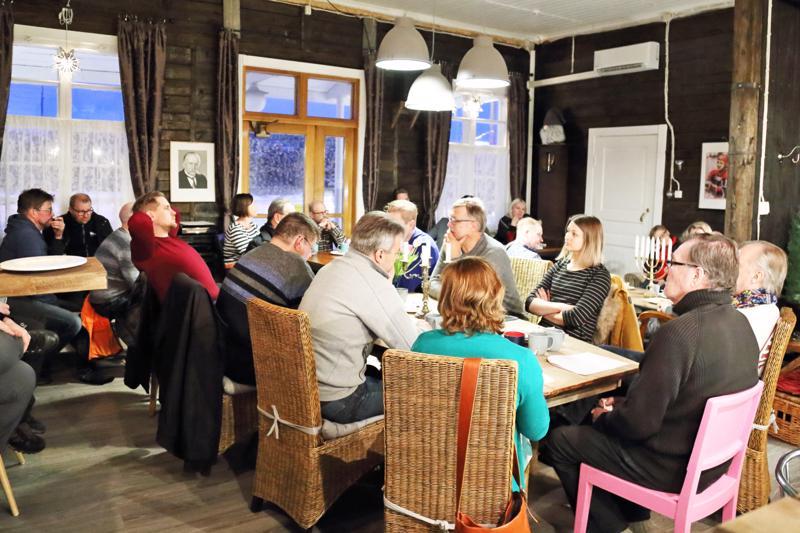 Huiskankorven kahvilatilat täyttyivät keskustelijoista ja illan aikana keskustelu kävi vilkkaana. Kaupungilla, yrittäjillä ja Nihakilla on yhteinen intressi kohottaa paikkakunnan imagoa ja lisätä vetovoimaisuutta.