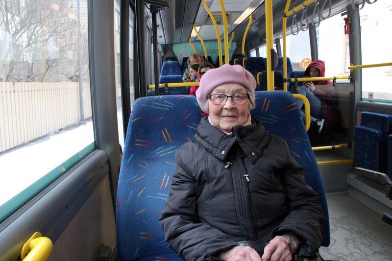 Salme Saari käy bussilla kylässä ja hautausmaalla.