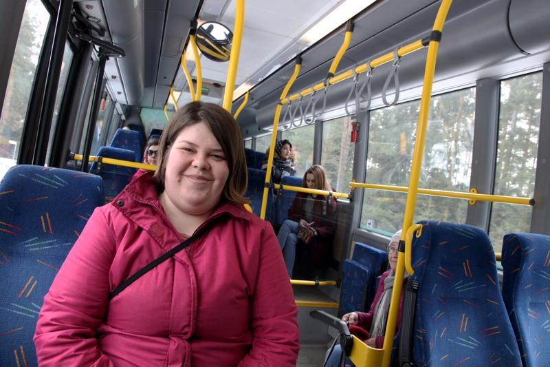 Nanna Jokela vie ja tuo tyttärensä eskariin bussilla.