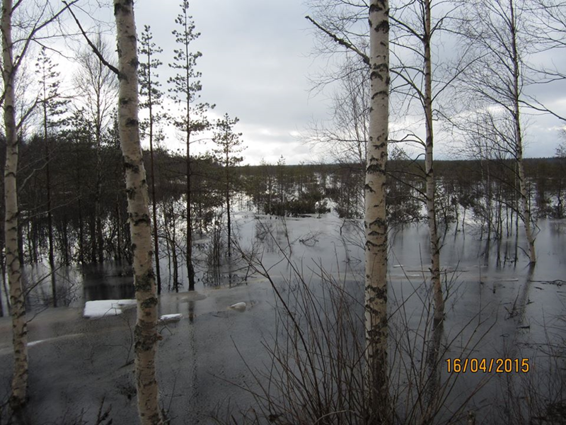 Pelätään pahinta, mutta toivotaan parasta. Kari Tiilikkalan kuva Teerinevan kevättulvista on muutaman vuoden takaa. Jos tällainen tulva tulee ensi keväänä, se asettaa lahoamassa olevat alueen tulvarakennelmat kovalle koetukselle.