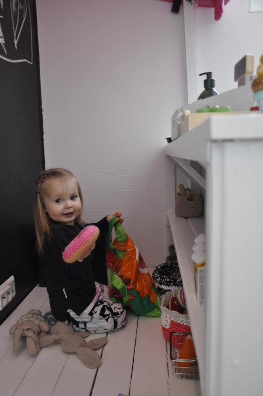 Onnea! Välikankaan Mette leikkii mielellään kauppaa ja kahvilaa. Myös pehmopuput ovat monessa touhussa mukana.