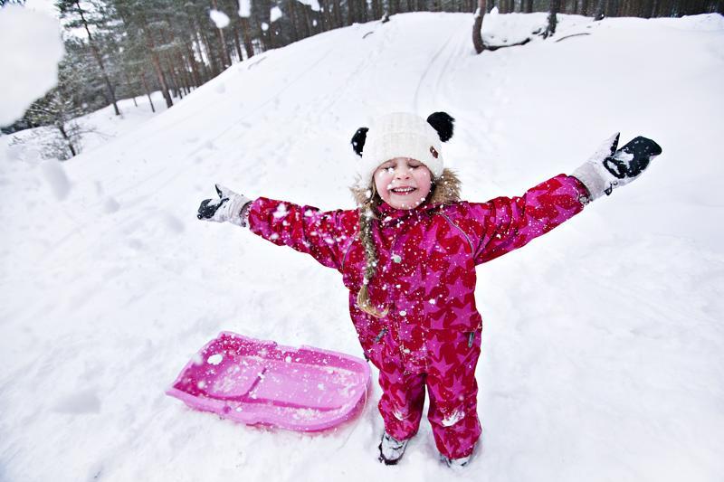 Mette Vierimaa pääsi heittelemään lunta mäenlaskun jälkeen luvan kanssa.