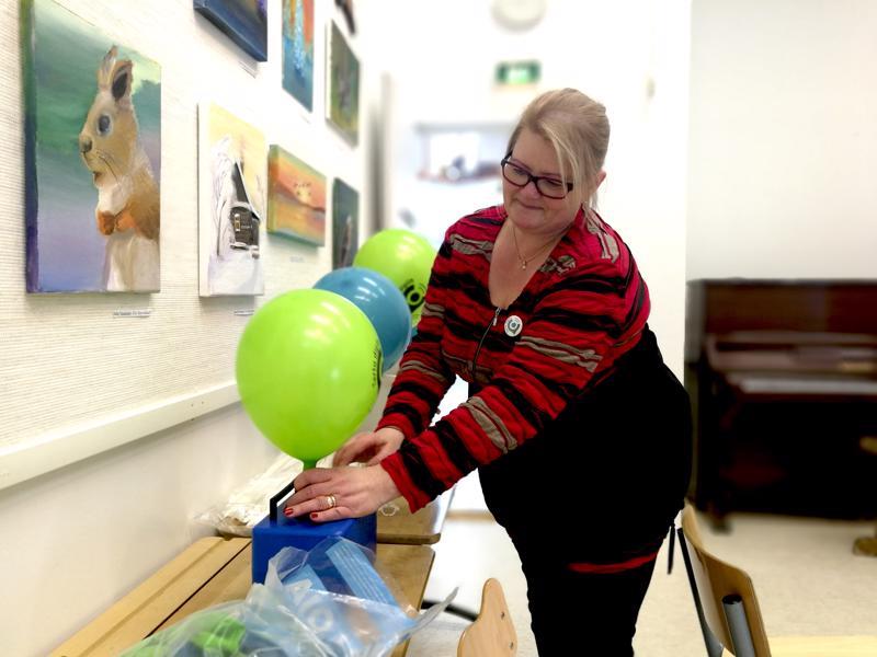 Heidi Luomala täytti palloja digikiertueen rekvisiitaksi.