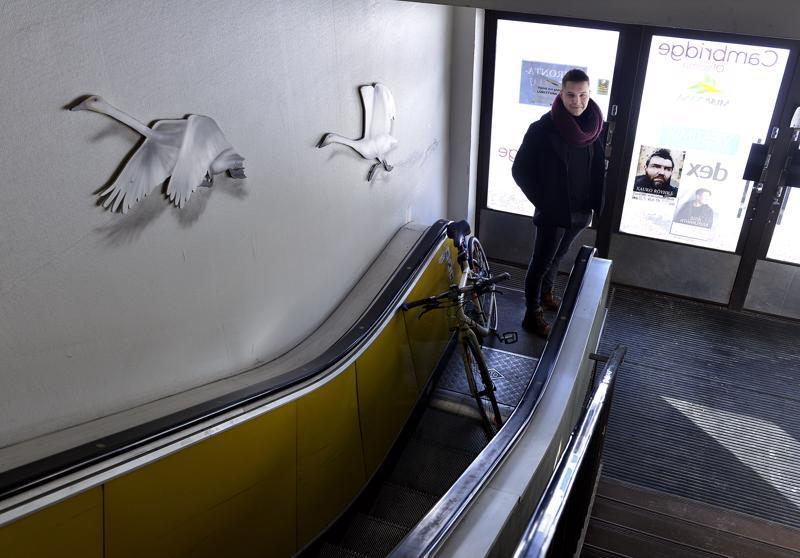 Roope Rantala tulee töihin polkupyörällä ja nousee portaat toimistoon. Liikerakennuksen liukuportaat eivät ole enää käytössä.