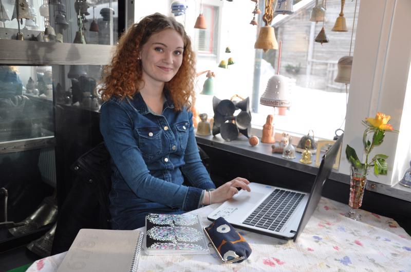 Jasmin Kulju luottaa perinteiseen kalenteriin ajankäytön suunnittelussa, vaikka sähköiset apuvälineet ovat opiskelijalle jokapäiväistä elämää. Haastatteluhetkelle löydettiin yhteinen aika viime lauantaina Ravintola Vaskikellossa.