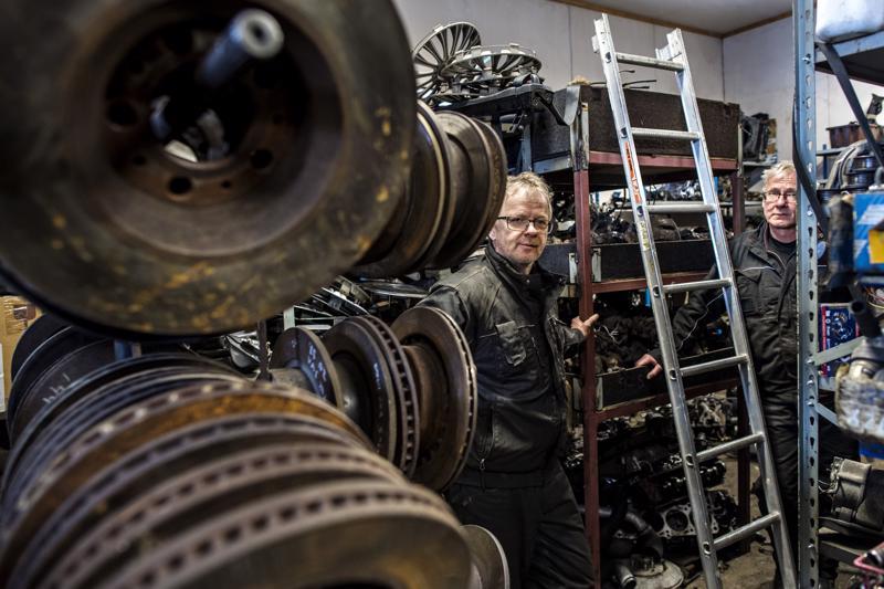 Markku (vas.) ja Esa Mäntykorpi. Veljekset ovat pyörittäneet autopurkamoa Kokkolassa yli 34 vuotta. Kesällä yritys on tarkoitus laittaa myyntiin. Isoveli Markku jää eläkkeelle jo kahden viikon kuluttua.