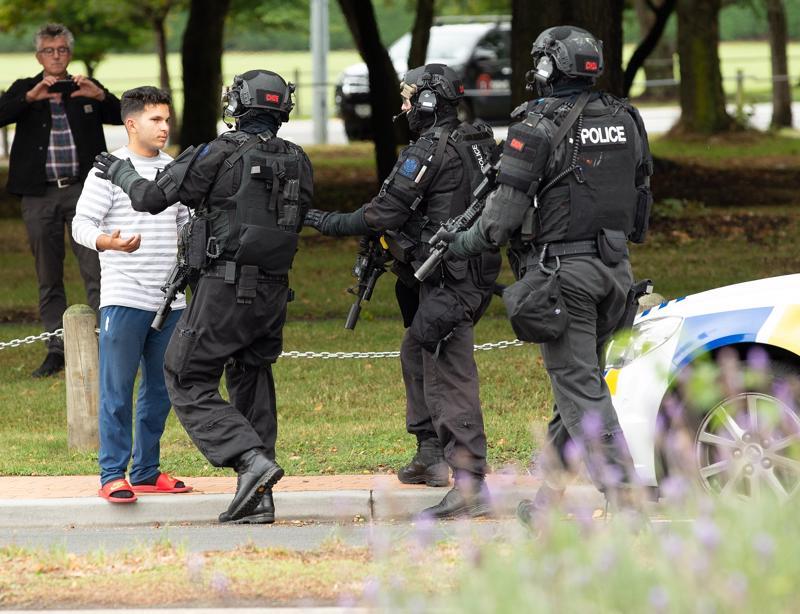 Turvallisuusjoukot työnsivät katsojia kauemmaksi Masjid Al Noor- moskeijan luona Christchurchissa iskun jälkeen.