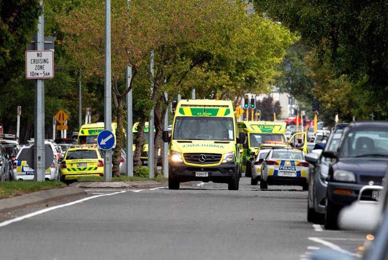 Masjid Al Noor-moskeijan ulkopuolella nähtiin perjantaina lukuisia ambulansseja ja poliisiautoja Uudessa-Seelannissa. Poliisi on ottanut ampumisista epäiltynä kiinni neljä henkilöä.