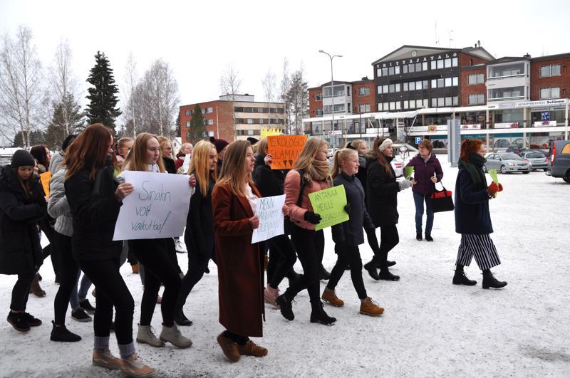Haapajärven lukion oppilaat marssivat rohkeasti kaupungin halki ja vaativat aikuisia tarttumaan toimeen ilmastonmuutoksen torjunnassa.