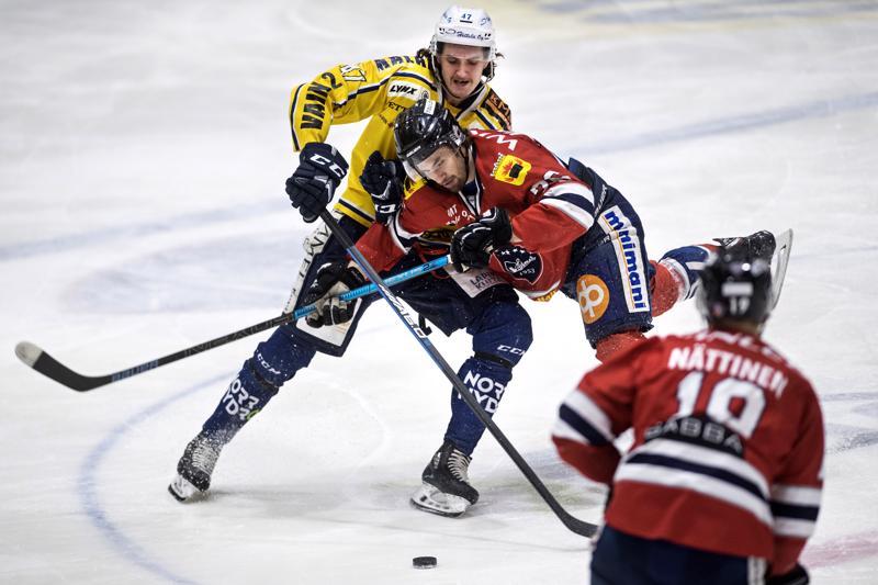 Ottelun ainoan maalin tehnyt RoKin Kasper Elo taisteli kiekosta Hermeksen Kristian Kankaan kanssa.