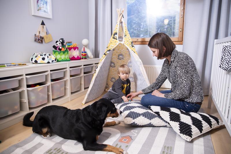 Tiipii on Leon lempipiilopaikka. Poika menee sinne Usva-koiraa piiloon ja huutaa koiraa etsimään.