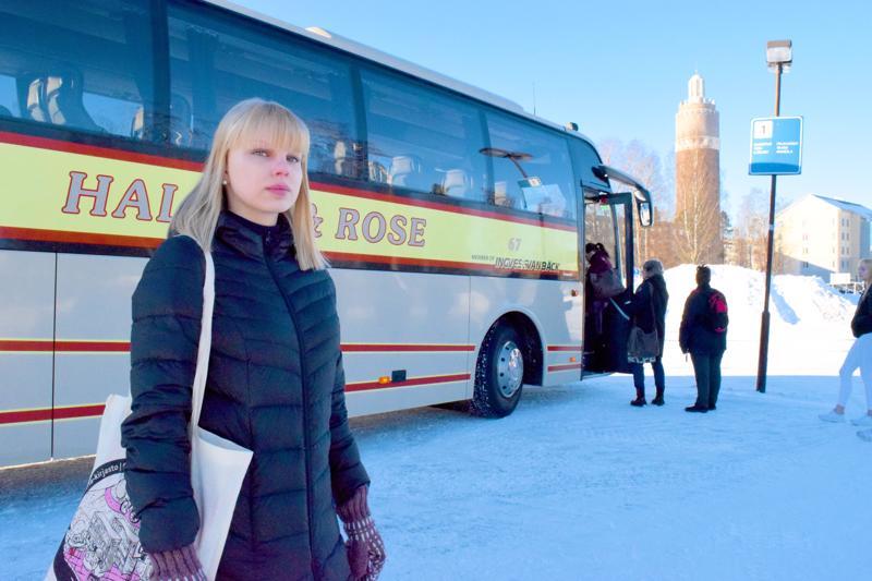 Hanne Liikasen kuukausittaiset bussimaksut nousivat yli 130 eurolla yhdessä yössä. Syy: seutulipun kunnallinen tuki lakkasi, koska laki kielsi.