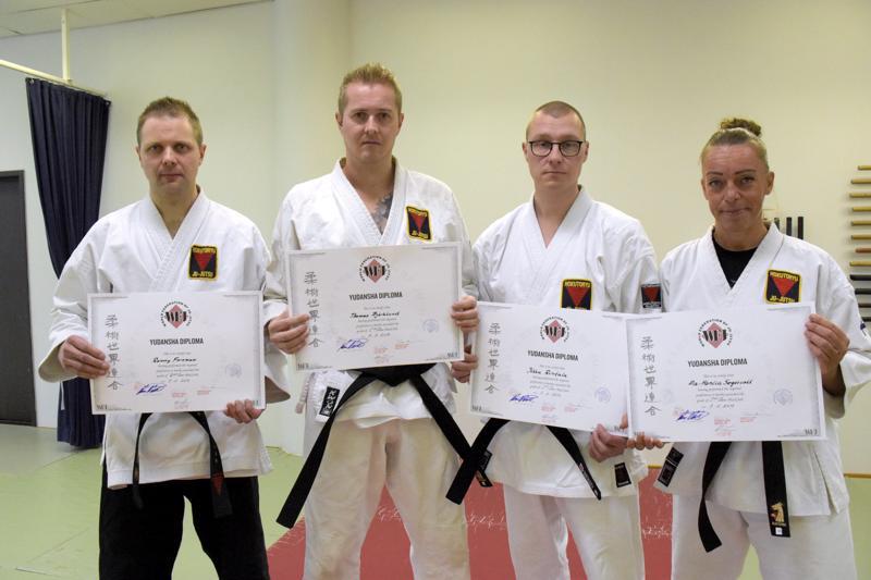 Ronny Forsman (vas.), Thomas Björklund, Ilkka Rintala ja 29Mia-Monica Segervall onnistuivat kaikki viikonlopun mustan vyön kokeissa.