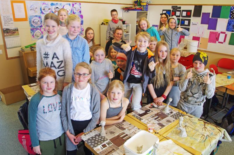 Erkkilän koulun kolmas- ja neljäsluokkalaisia ja opettaja Karoliina Vaararinne keskellä takana.