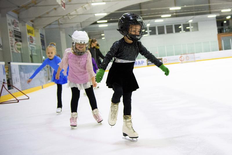 Leirille Haapaveden jäähalliin ovat tervetulleita kaikenikäiset ja -taitoiset kokeilemaan taitoluistelua. Kuva on viime syksyltä Nivalan jäähallista.