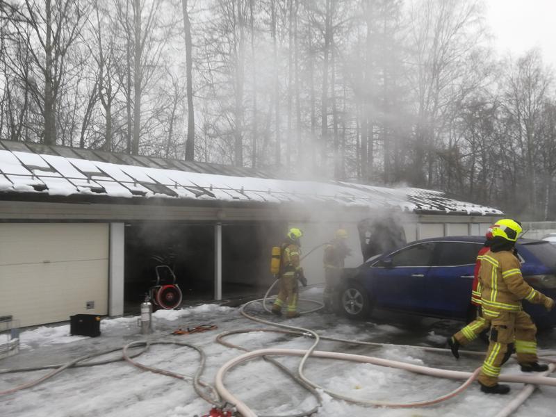 Auto syttyi palamaan autotallissa Pietarsaaressa.